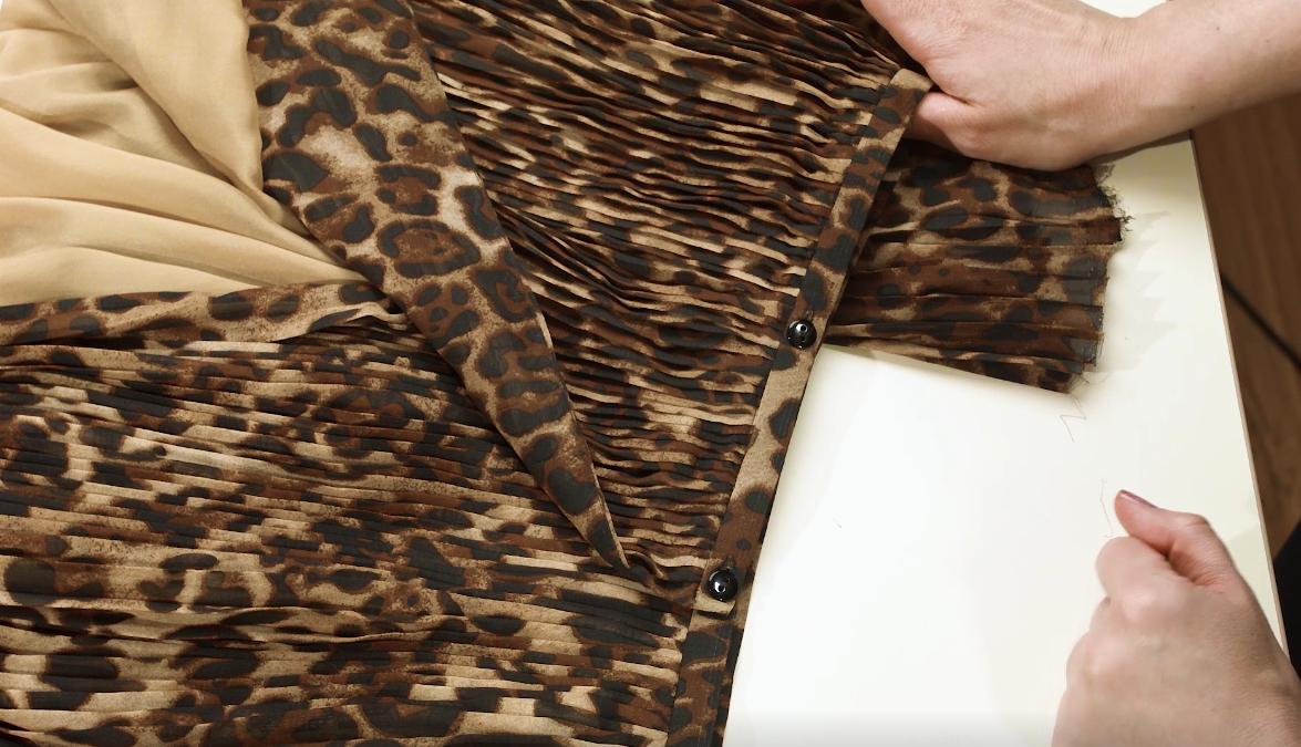 Ткань плиссе. Как выложить складки у талии, чтобы не придавать объёма.